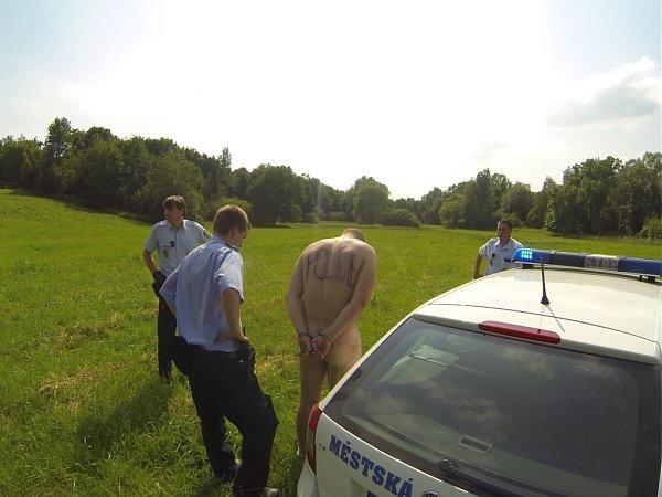 Nahého motorkáře zadrželi policisté.