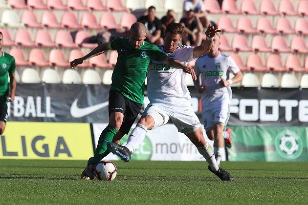 Karvinští fotbalisté (vbílém) vyhráli vPříbrami 2:0.