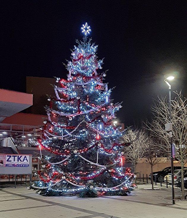 Vánoční výzdoba v Karviné. Vánoční strom u kina Centrum..