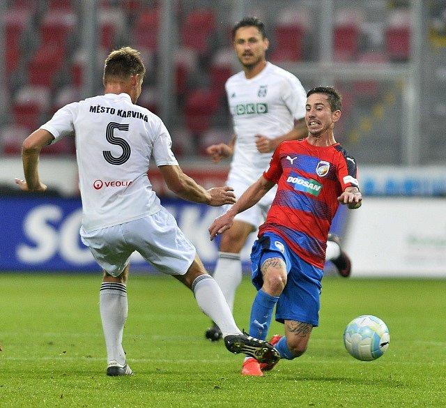 Plzeňský Milan Petržela karvinskou obranu zlobil.