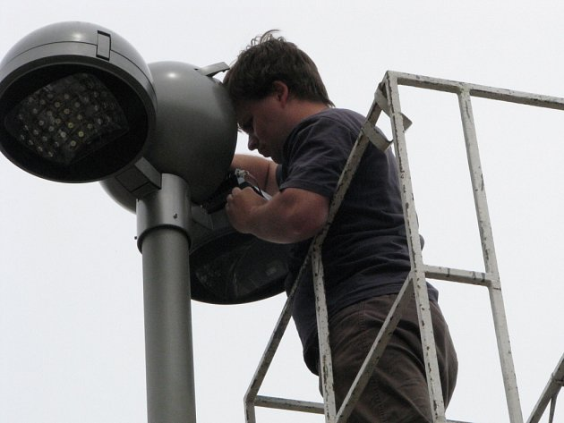 Práce na veřejném osvětlení. Na snímku technik instaluje diodové lampy na Široké ulici v Havířově.