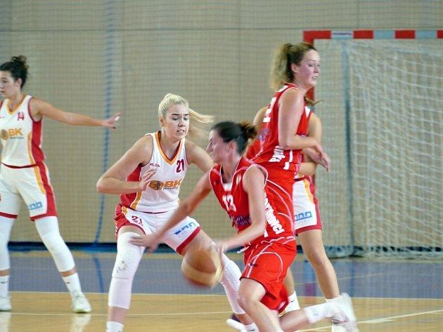 Havířovanky (v bílém) v duelu s Pardubicemi.