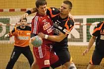 Luděk Drobek (vpravo) takto přátelsky objal Štěpána Krupu z Dukly. V obraně je Drobkova postava hodně znát.