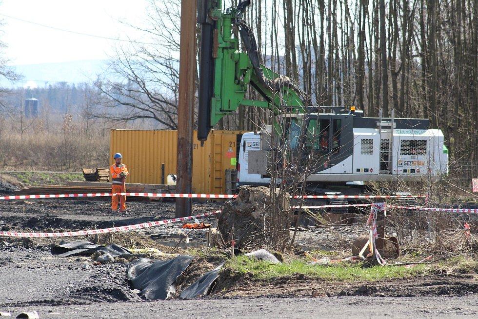 V Karviné u Darkovského mostu pokračovaly práce na stavbě obchvatu i druhou dubnovou sobotu.