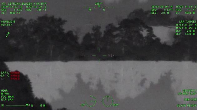Záběry z vrtulníku z průběhu noční akce.
