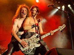 Doga v akci. Kytarista Lumír (vlevo) s baskytaristou Pepou.