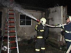 Zásah hasičů u požáru skladu a dílny v Orlové.