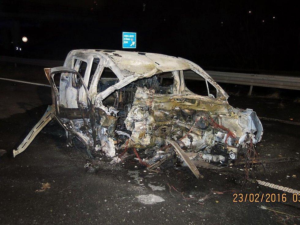 Následky tragické nehody s požárem automobilu v Šenově.