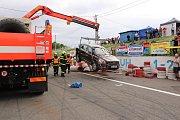 Opilý řidič havaroval těsně před zahájením motocyklových závodů v prostoru startu a cíle. Auto po nárazu do bariéry z pneumatik obrátil na střechu.