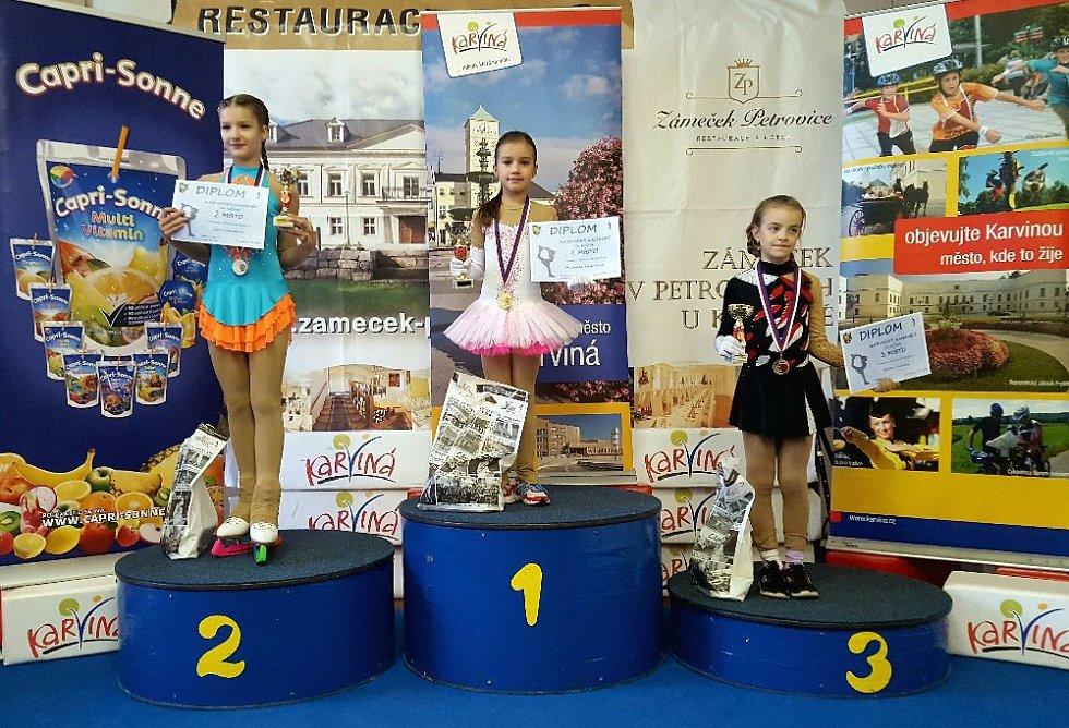 Michaela Staníčková (uprostřed) vyhrála pro domácí barvy kategorii nejmladších žaček.