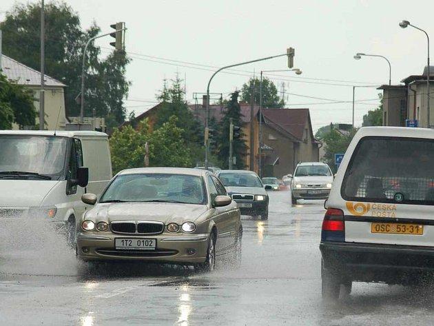 Přívalové deště změnily silnice na Karvinsku na několik desítek minut v jezírka.