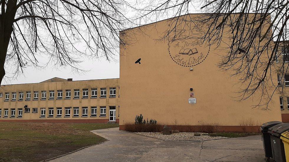 Dolní Lutyně. Základní škola, hlavní budova.