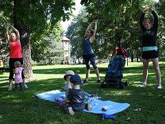 Maminky s kočárky doběhnou do parku Petra Bezruče, kde pokračují cvičením. Děti si mezitím hrají nebo pozorují zvířátka z Mauglího ranče.