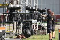 Na hřišti u Městské sportovní haly v Havířově vyrůstá pódium, na kterém se v pátek a v sobotu představí kapely a zpěváci v rámci dvoudenních Havířovských slavností.