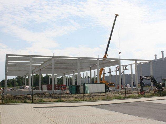 Dvě společnosti působící v průmyslové zóně Nové Pole rozšiřují výrobní kapacity, staví nové haly. V obou případech to budou skladové prostory.