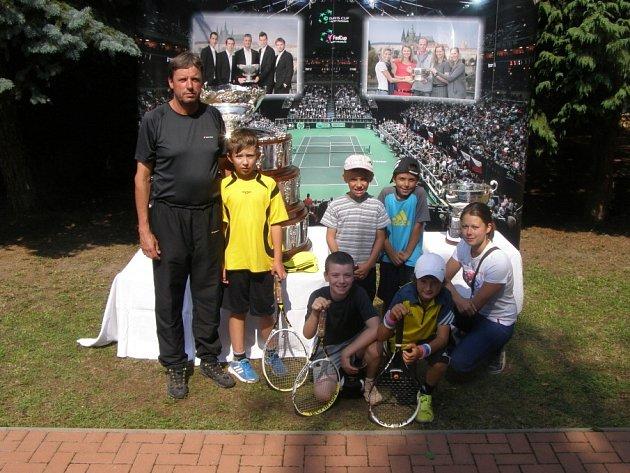 Havířovská tenisová výprava se nechala zvěčnit s oběma krásnými poháry.