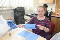 Pracovnice karvinského charitního obchůdků ADRA Pavlína Brecherová při výrově ochranných roušek.