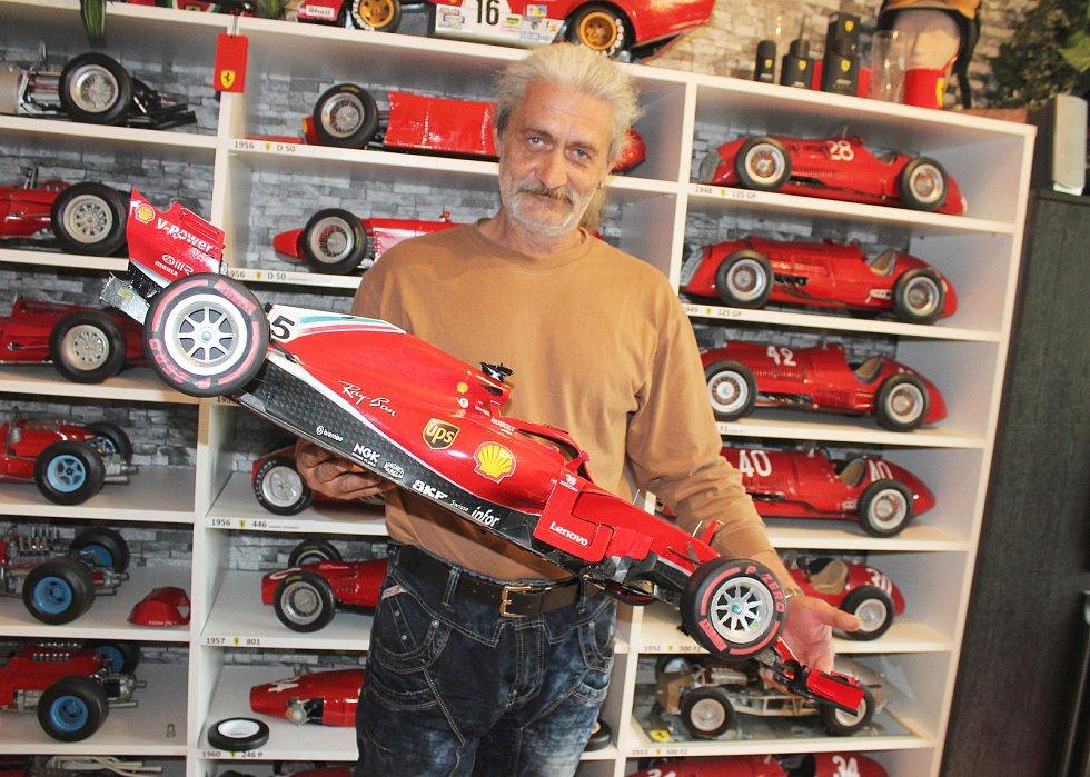 Karvinský modelář Milan Paulus a jeho sbírka kultovních vozů značky Ferrari.
