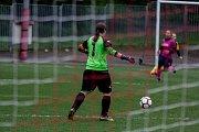 Orlovské fotbalistky (v růžovém) prožívají zkušební sezonu. V derby s Těšínem prohrály.