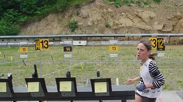 Kristýna Sikorová přibíhá ke stojanu na střelnici.