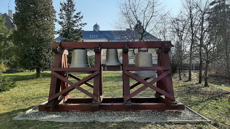 Horní Suchá. Vyřazené zvony z kostelní věže.