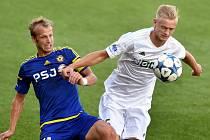 Jaroslav Zelený (vpravo) a jeho spoluhráči z Karviné vyhlížejí zápas s Libercem.