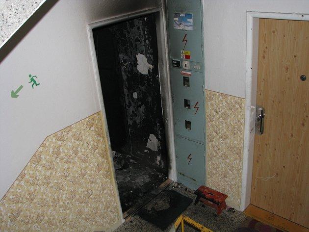 Žhářem založený požár zdevastoval celou domácnost.