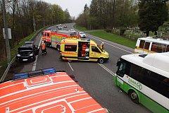 Několik lidí se zranilo při srážce osobního auta s autobusem.