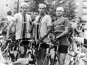 Petřvaldské družstvo mužů před startem závodu Ostrava - Těšín - Ostrava v roce 1967. Zleva M. Lach, B. Mrázek a J. Duda.