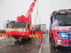 Na některých místech kraje musela kvůli sněhu zasahovat i speciální těžká technika.