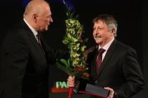 Do Síně slávy byl uveden za svou dlouholetou práci v karvinské házené Jaroslav Hudeček (vpravo).