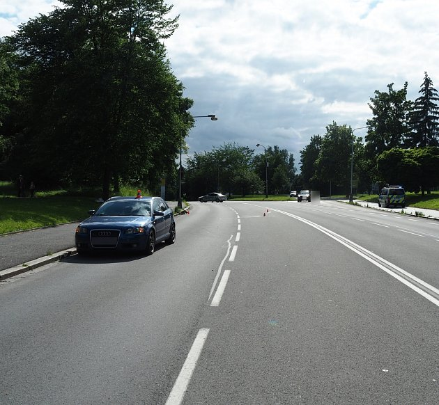 Řidič vKarviné srazil ženu přecházející silnici mimo přechod. Ta nepřežila.