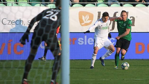 Fotbalisté Karviné (v bílém) se představí v Příbrami.