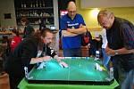 K nejlepším hráčům hry Tipp-Kick je v Bohumíně Lubomír Látal (vlevo).