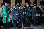 """Věřící lidé se modlí u hraničního přechodu v Chalupkách (nedaleko Bohumína) za spásu vlasti a světa. Při ojedinělé akci nazvané """"Růženec na hranicích"""" se scházeli i další katolíci v kostelích podél celé hranice Polska."""