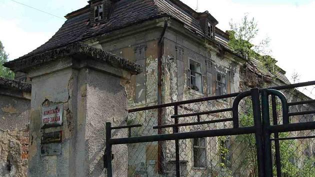 Objekt bývalého zámku v Ropici je ve velmi dezolátním stavu.