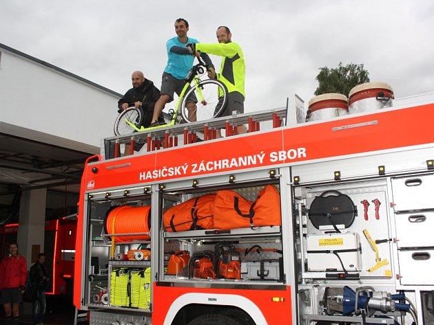 Koloběžkáři navštívili stanici profesionálních hasičů v Havířově.