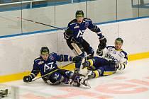 Hokejisté Havířova (v modrém) nestačili doma na Šumperk.