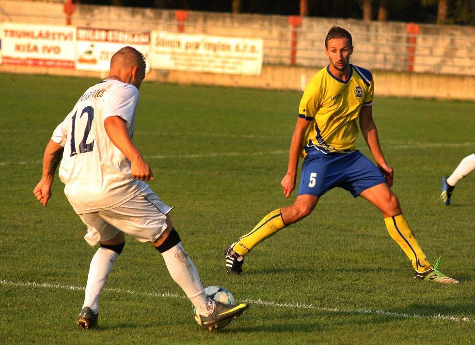 Bohumínští fotbalisté (ve žlutém) si dojeli pro bod do sousedních Dětmarovic.