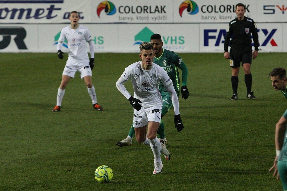 Fotbalisté Karviné (v zeleném) prohráli v úvodním jarním ligovém kole na Slovácku 0:2.