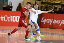 Český futsalista Jan Janovský (v bílém) v zářijovém utkání proti Maďarsku.
