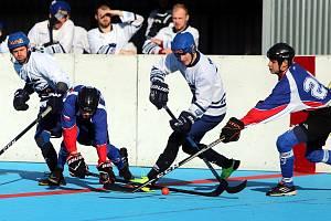 Extraligoví hokejbalisté vyhráli a čeká je poslední kolo základní části.