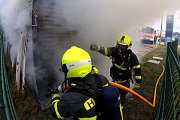 Požár skladu autoservisu poblíž Ostravské ulice.