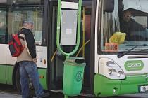 Na smogovou situaci upozorňují obyvatele cedulky za čelním sklem autobusů.