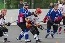 Hokejbalisté Karviné (v modrém) zatím hrají s Opavou 1:1 na zápasy.