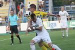 Karvinští fotbalisté (v bílém) se ve Zlíně neprosadili a třikrát inkasovali.