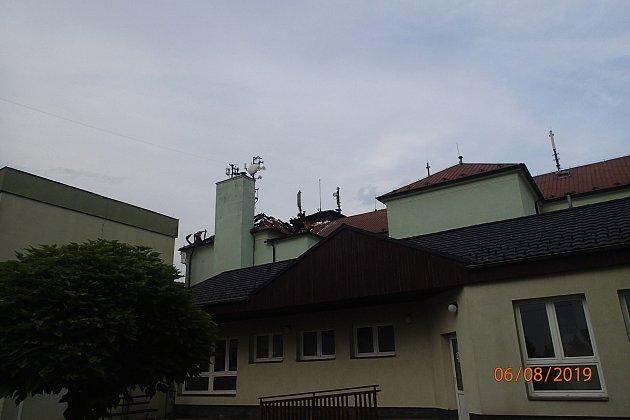Vúterý hořela střecha budovy Základní školy ve Skřečoni.