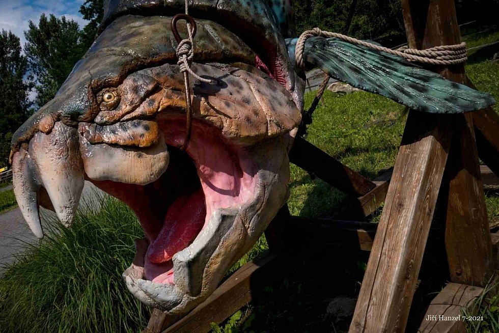 Dinopark v Doubravě nabízí procházku mezi modely pravěkých dinosaurů v životních velikostech.