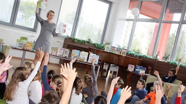 Autorka dětských knih Zuzana Pospíšilová pojala svou besedu s dětmi akčně a zábavně.
