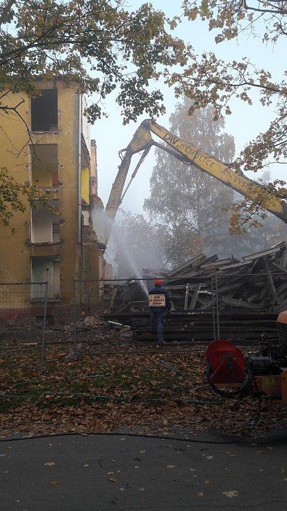 V Karviné Novém Městě se pustili do demolice dalšího z řady vybydlených, tentokrát městského bytového domu.